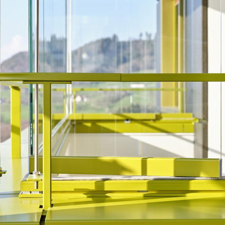 balkonverglasung gelb gold