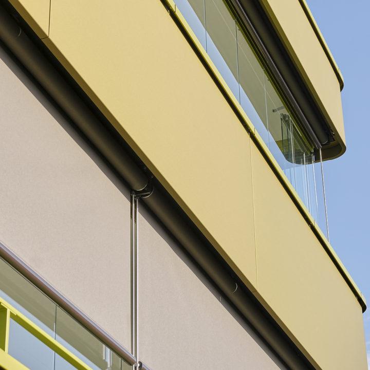 balkonverglasung mit beschattungssystemen