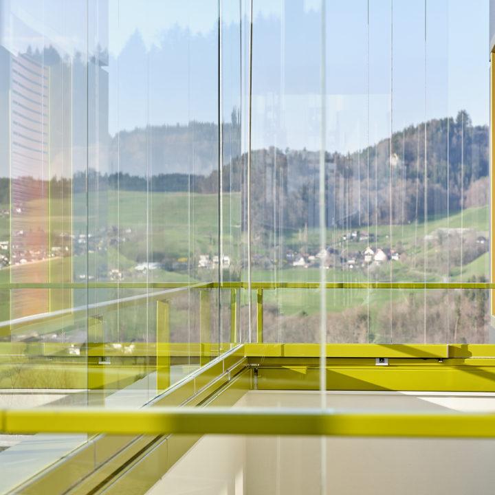 balkonverglasung mit sicht in die alpen von bern