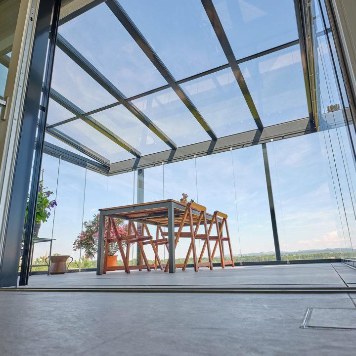 Glasdach sicht zum himmel und natur