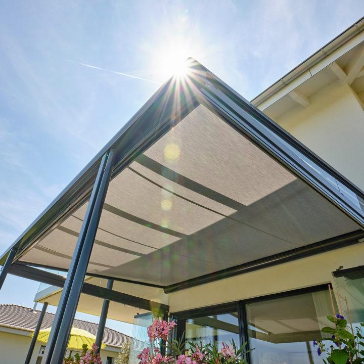 glashaus mit unterdachmarakise schutz vor sonne