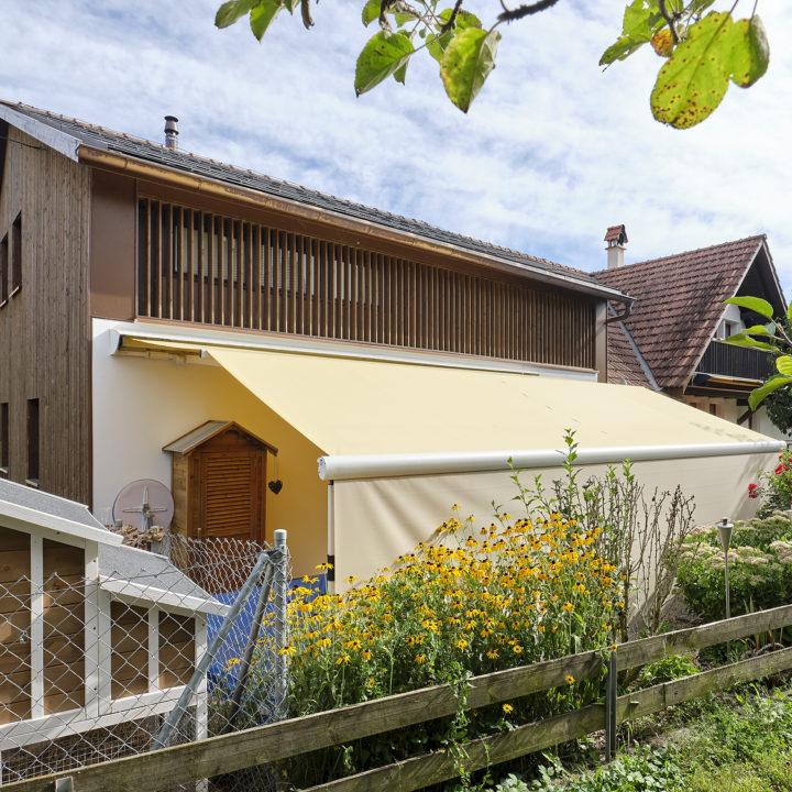 frontansicht terrassenmarkise mit senkrechtbeschattung