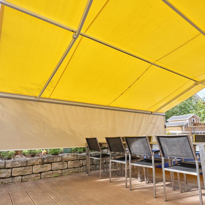 grosse ausladung mit senkrechtmarkise für terrasse