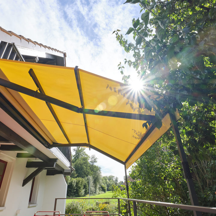 markise für terrasse grosse ausladung schützt vor sonne