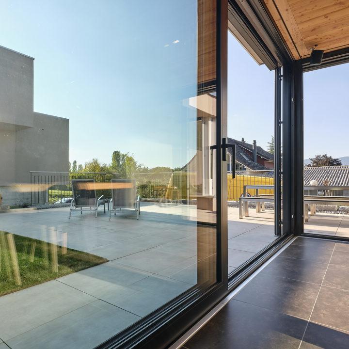 durchblick mit einer wohnraumerweiterung und grossflaechigen verglasungen