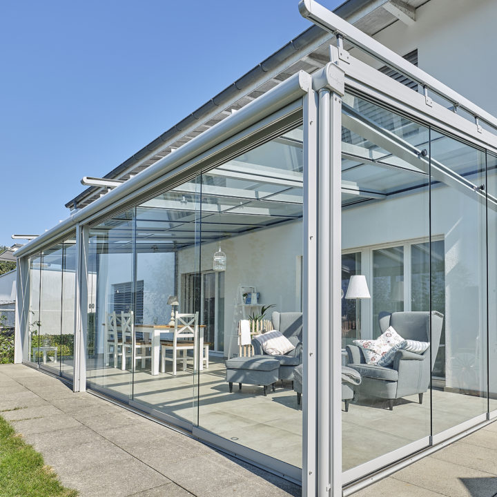 glashaus mit grosser glasfront