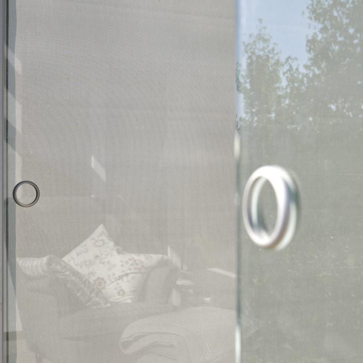 senkrechtbeschttung transparent integriert in glashaus