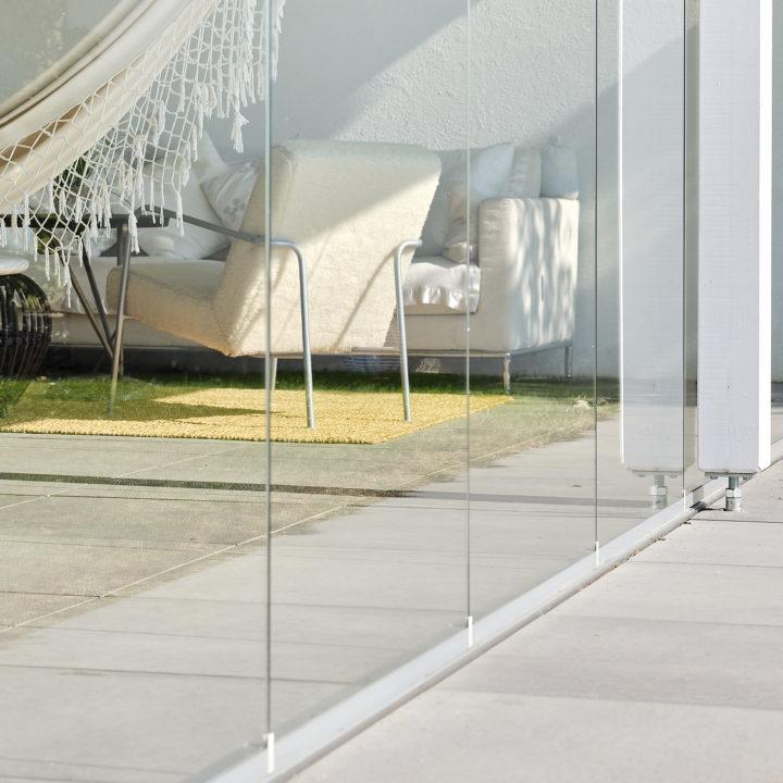 schwelle ganzglasschiebefaltwand aus aluminium